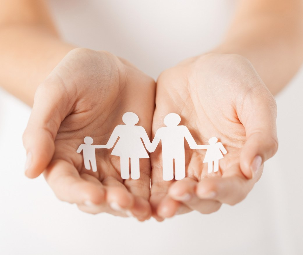 Familie in der Hand, © Syda Productions/stock.adobe.com